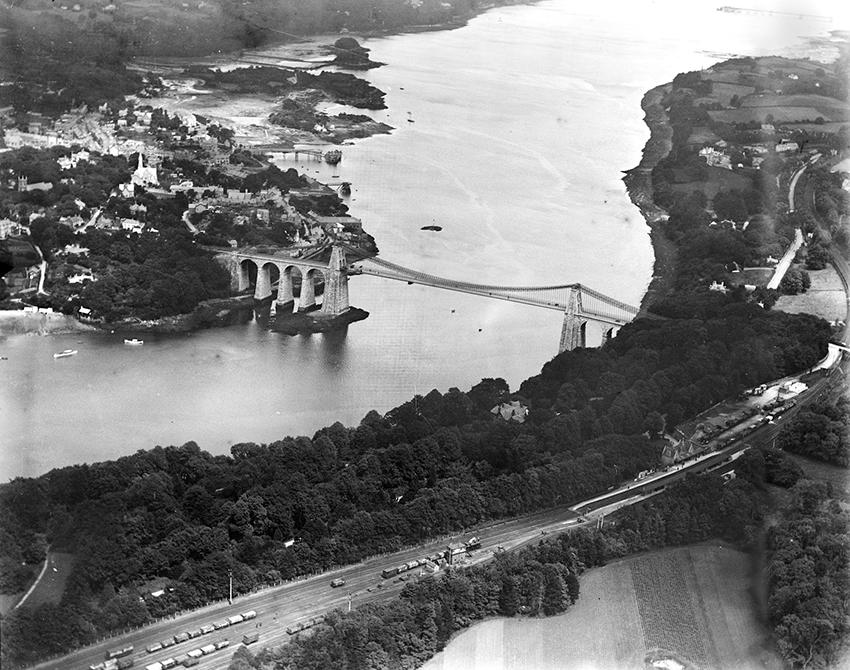 Llun o bont grog eiconig Pont y Borth (Pont Menai) fel yr oedd ym 1920  NPRN: 43063   WPW002042