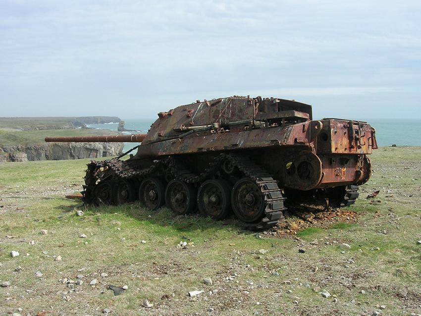 Tank diswydd yn cael defnydd fel targed ymarfer, Castlemartin, Sir Benfro.