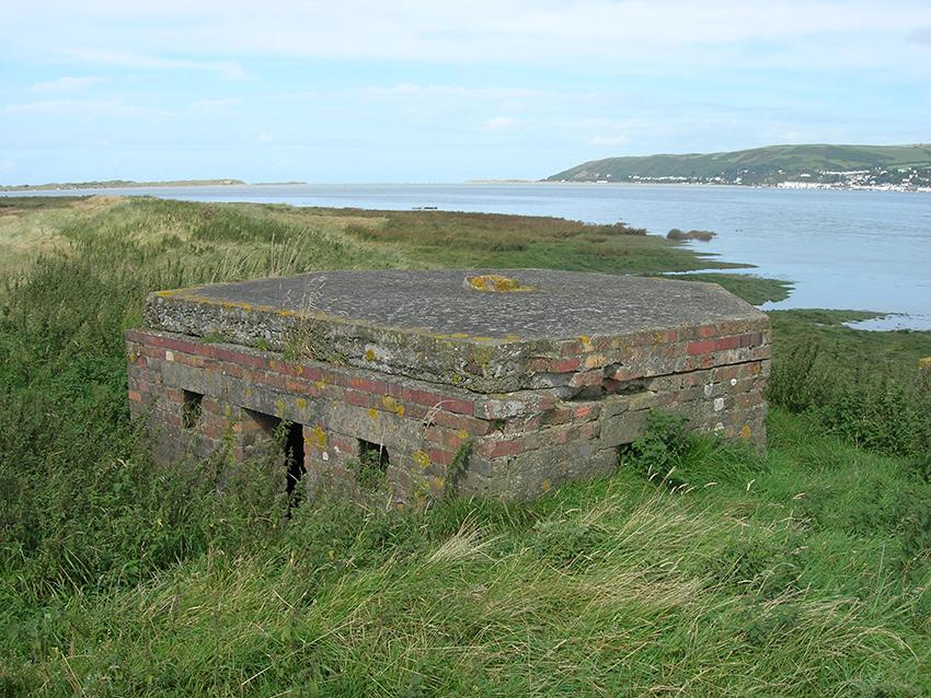 Pillbox o cyfnod Ail Rhyfel y Byd yn edrych allan dros yr Afon Dyfi, Ceredigion.
