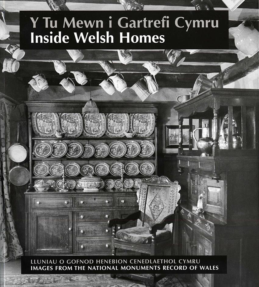 Clawr llyfr: Y Tu Mewn i Gartrefi Cymru: Inside Welsh Homes.