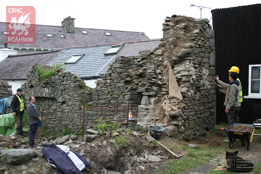 Y Neuadd, Tŷ Tuduraidd Diweddar yn Llan-non, Ceredigion.