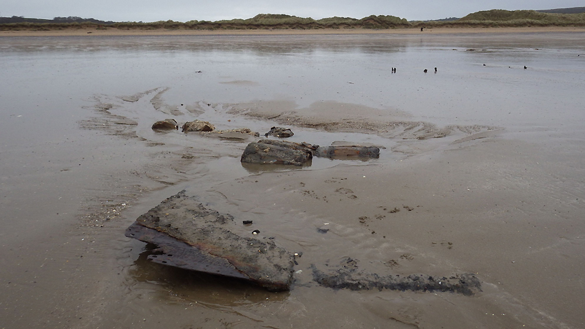 Wreckage uncovered on Oxwich Beach (overview) DS2016_047_007