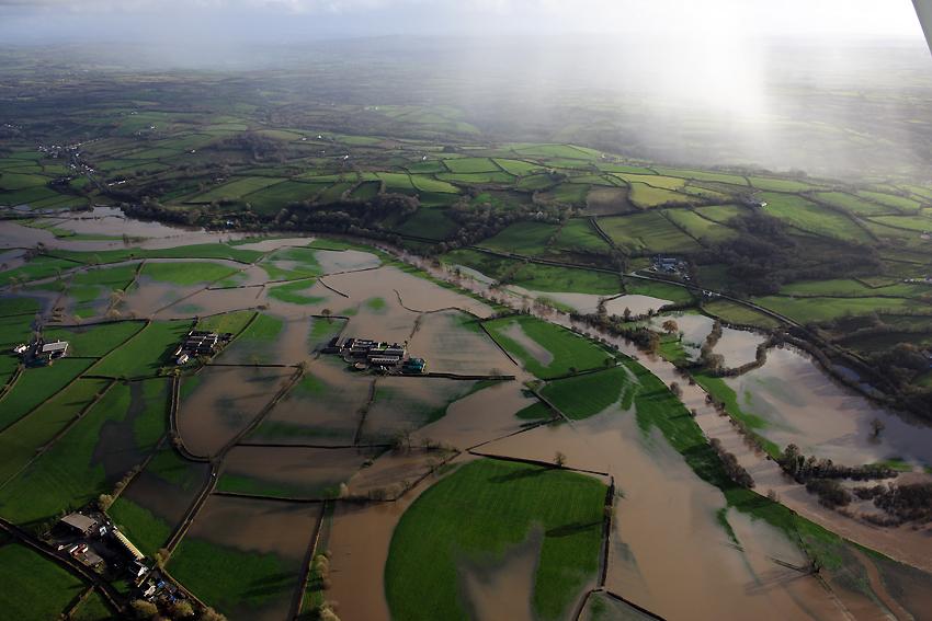 12. Llifogydd ar hyd Afon Tywi i'r dwyrain o Gaerfyrddin, Tachwedd 2012