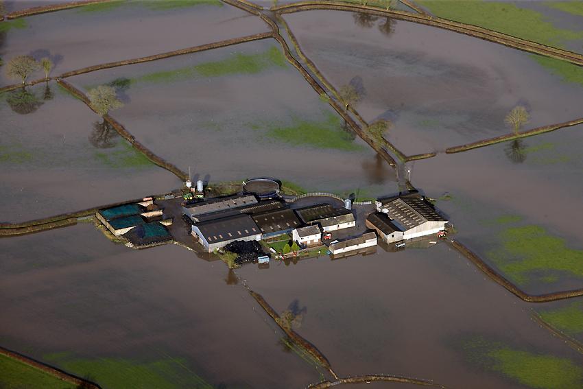 13. Llifogydd ar hyd Afon Tywi i'r dwyrain o Gaerfyrddin, Tachwedd 2012