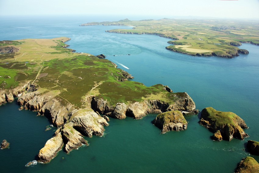 Ramsey-Island-an-RSPB-nature-reserve-looking-north-east-to-the-Pembrokeshire-mainland