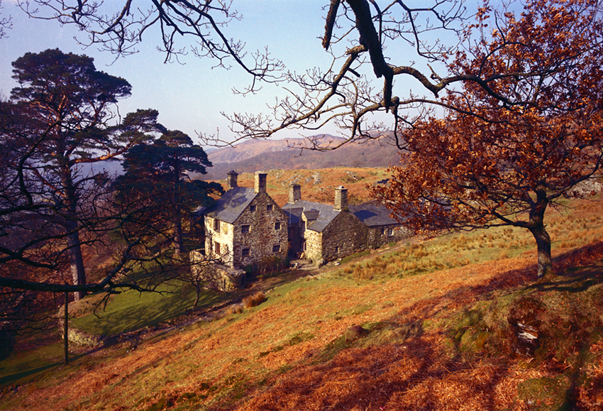 The two-phase house at Dduallt near Maentwrog, with the earlier, fifteenth- or sixteenth- century house to the right.