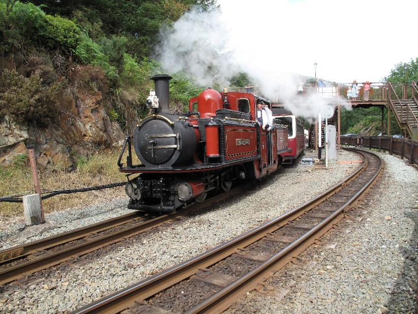 Y locomotif Double Fairlie 'Dafydd Lloyd George' yng Ngorsaf Tan-y-bwlch, Rheilffordd Ffestiniog, 2009