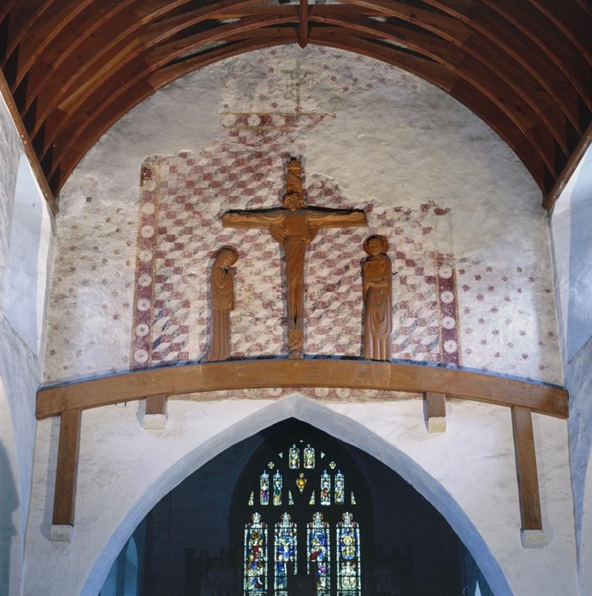 Tu mewn Eglwys Sant Illtud, Llanilltud Fawr, gan ddangos y murlun uwchlaw'r bwa.