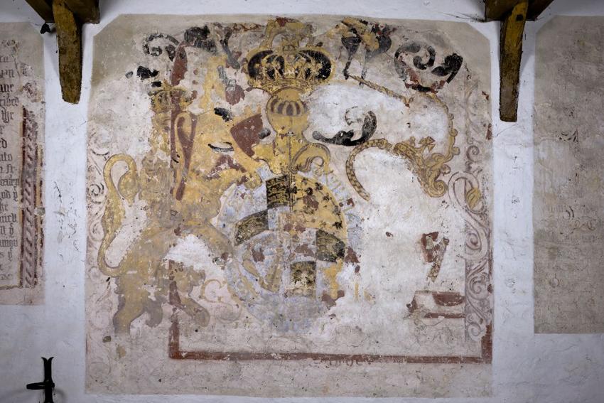 Murlun yn Eglwys Sant Brewys, Sain Tathan, o'r arfbais frenhinol wedi'i Adferiad.
