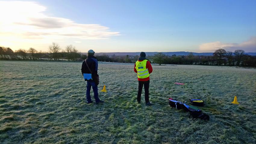 Arholiad ymarferol Dan ar ddefnyddio dronau, ar fore barugog ym mis Ionawr 2018 yn Swydd Wilts.