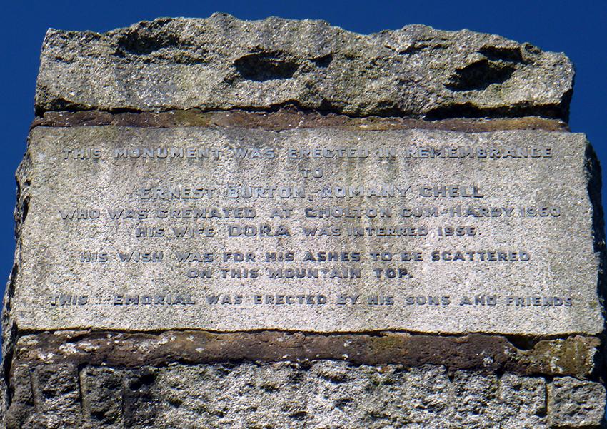 Arysgrif goffa i Ernest Burton, Pennaeth y Romani, a fu farw 1960.