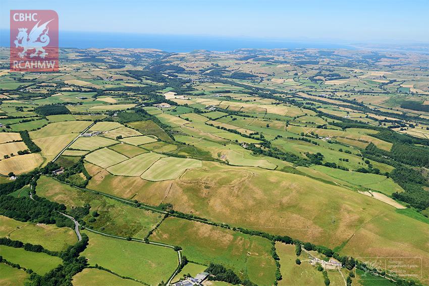 Gaer Fawr, bryngaer o Oes yr Haearn, ger Lledrod, Ceredigion, yn edrych dros dirwedd gras canolbarth Cymru.