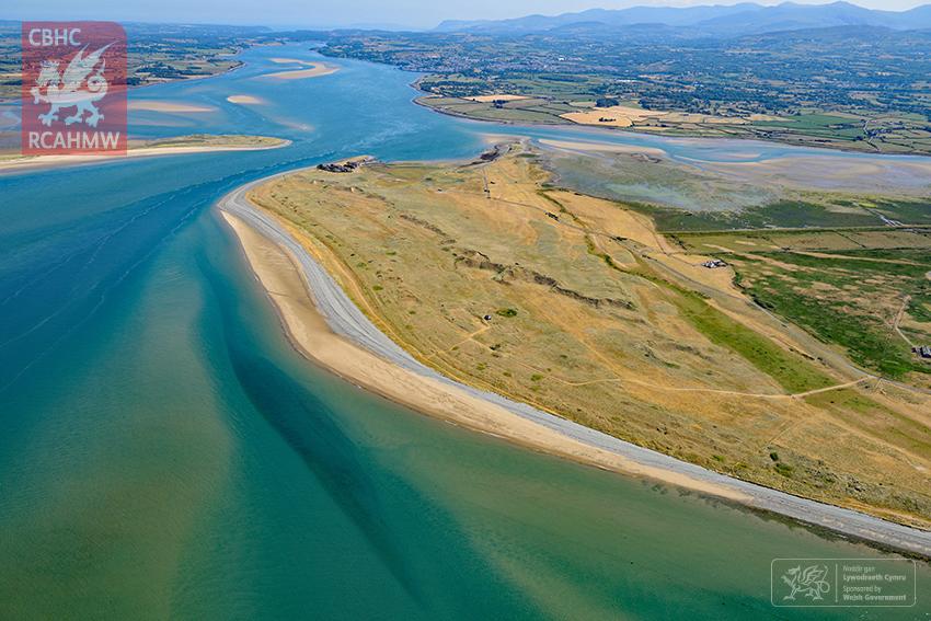 1 – Lliwiau tebyg i ddiffeithwch ar hyd Afon Menai ger Maes Awyr Caernarfon, Gwynedd (Hawlfraint y Goron CBHC)