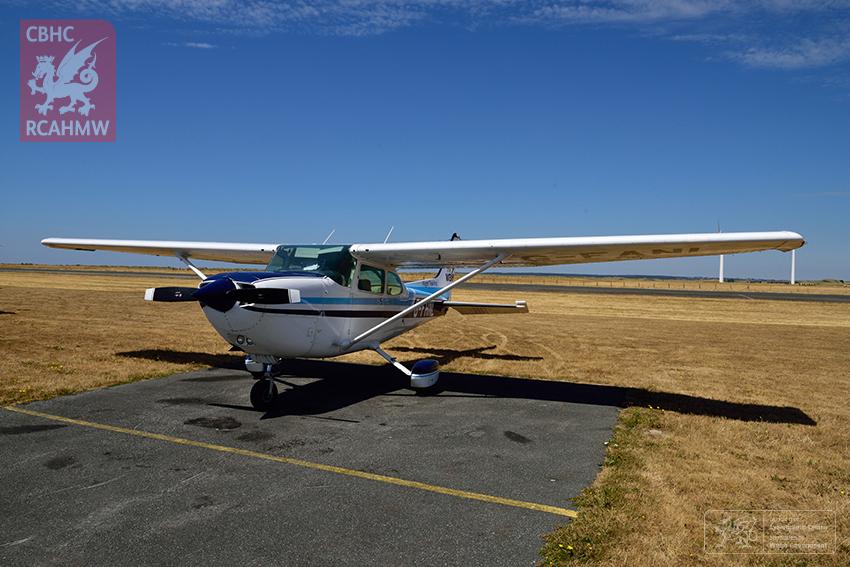 10 – Stopio am danwydd a chinio ym Maes Awyr Caernarfon yn awyren Cessna 4-sedd FlyWales (Hawlfraint y Goron CBHC)