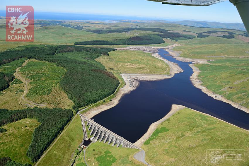 Dŵr ar lefel isel yng nghronfa Nant y Moch, Ceredigion.