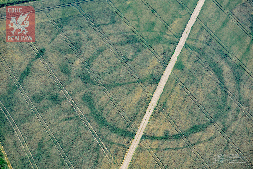 7 – Cropmarks of a large prehistoric enclosure in the Vale of Glamorgan, with the faint footings of a probable Roman villa within (Crown Copyright RCAHMW)