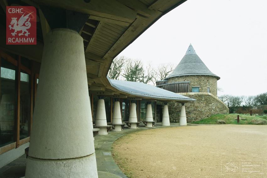 Oriel y Parc – Canolfan Ymwelwyr Tyddewi. DI2006_1770 C.422811 NPRN 403985