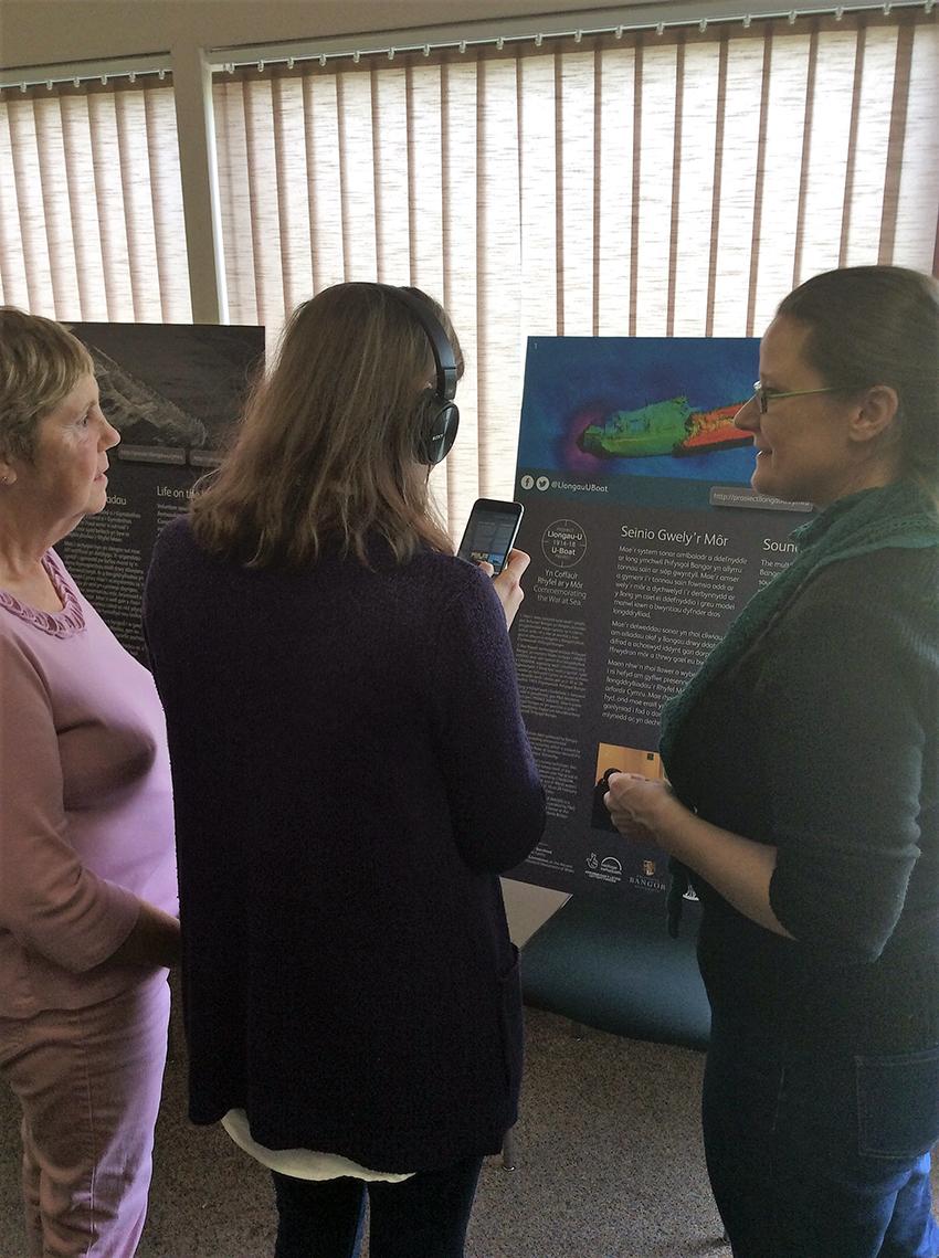 Aelodau o Gyngor Cymru i'r Deillion yn profi'r system gyda Dr Rita Singer o'r Prosiect Llongau-U yn eu cyfarfod rhanbarthol yng Nghaerfyrddin, Hydref 2018.
