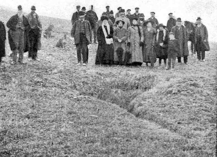 Trigolion lleol wedi ymgynnull wrth Dwll Rhent y Brenin ym 1913.