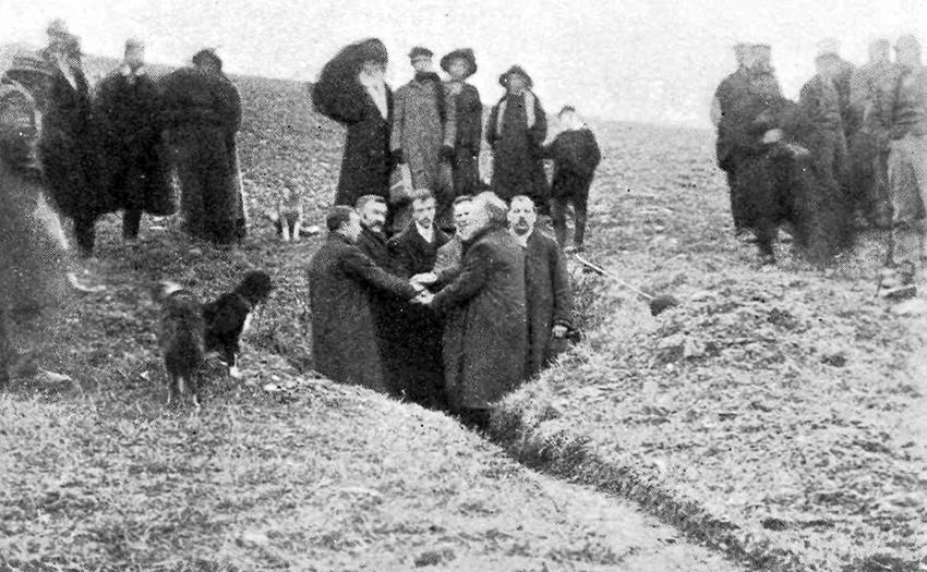 Yr ymgeisydd llwyddiannus ar gyfer 1913, gyda'i dystion a Thyst y Brenin, yn tyngu y bydd yn casglu Rhent y Brenin.