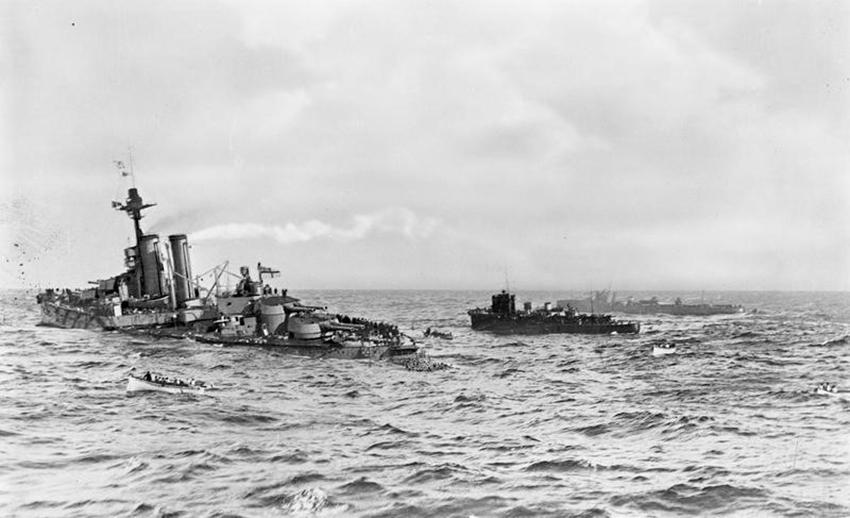 HMS Audacious yn suddo ar 27 Hydref 1914. Llwyddiant mawr i ffrwydron môr yr Almaen yn ystod y Rhyfel Byd Cyntaf. Ffotograff Q 48342 yn yr Amgueddfa Ryfel Ymerodrol (IWM).