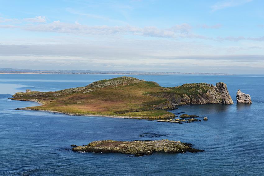 3. Awyr ddiawel uwchben Ireland's Eye, Bae Dulyn.