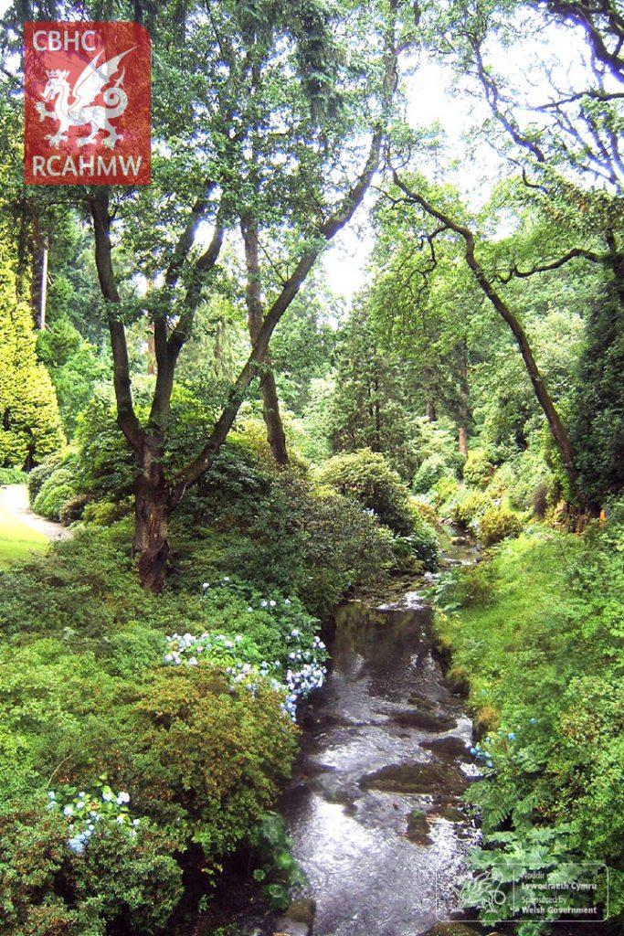 Afon Hiraethlyn o Bont y Rhaeadr, Gardd Bodnant, Betws-yn-Rhos, 2005