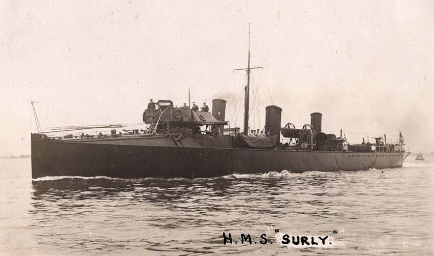 Llun o HMS SURLY ym 1908. Roedd hi'n ddistrywlong dosbarth Rocket a adeiladwyd ym 1894 ar afon Clud. Ffynhonnell: llun cerdyn post a gyhoeddwyd gan Cozens & Co, Portsmouth. Ffynhonnell: CBHC.
