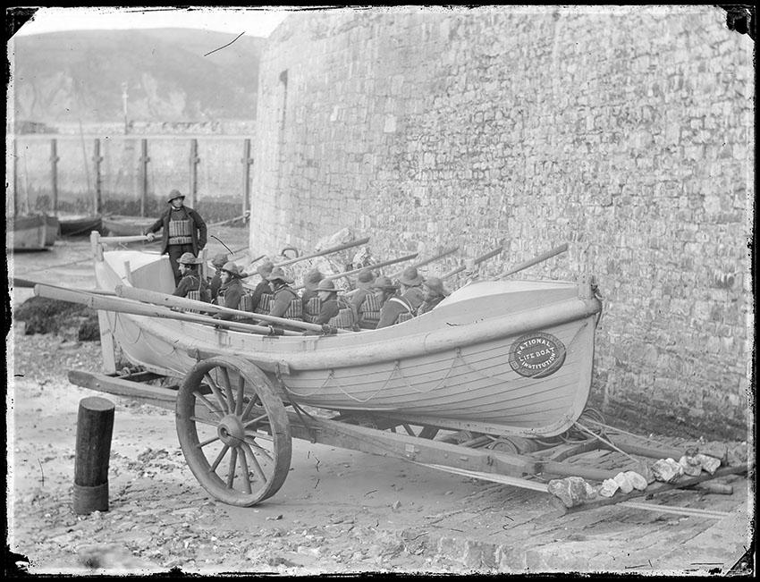 Ffotograff o fad achub Dinbych-y-pysgod a'i griw wedi'i dynnu gan John Dillwyn Llewelyn ym mis Rhagfyr 1856 ©Amgueddfa Genedlaethol Cymru ─ National Museum of Wales