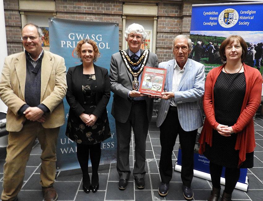 O'r chwith i'r dde: Richard Suggett, Natalie Williams (Gwasg Prifysgol Cymru), Peter Davies (Cadeirydd Cyngor Sir Ceredigion), Geraint H. Jenkins ac Eryn M. White