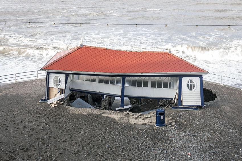 Lloches Bathrock, Aberystwyth, wedi'i difrodi gan storm yn 2014