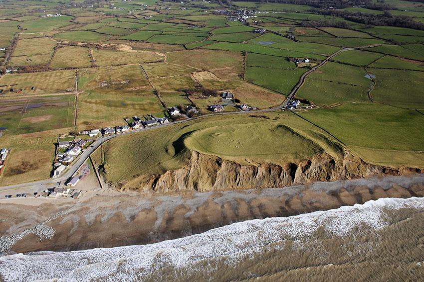Effaith erydiad ar wyneb clogwyn bryngaer arfordirol Dinas Dinlle, Gwynedd.