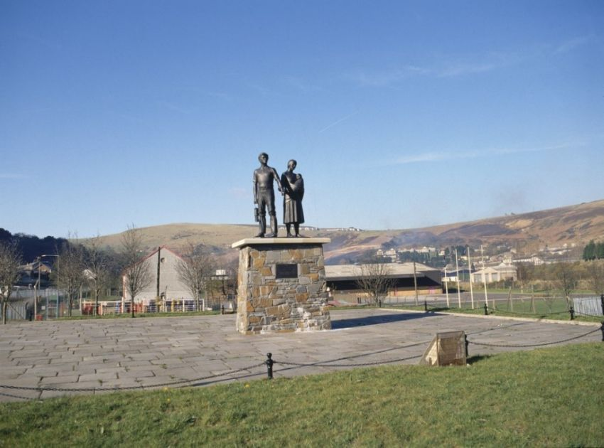 Coal Miner with his family sculpture, Llwynypia
