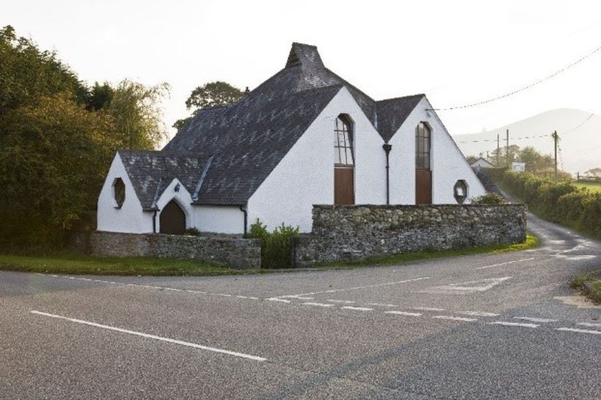Tŷ'r Eglwys a Neuadd y Plwyf Gynt, Caerhun