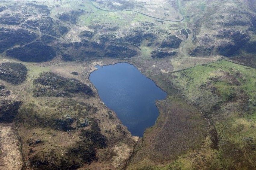 Mae'r cofnod safle ar gyfer Llyn Barfog, Mynydd y Llyn (NPRN 402570) yn sôn am sawl stori werin. Llun AP_2011_0726.TIF, © Hawlfraint y Goron CBHC