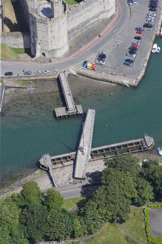 Pont yr Aber a'r Cei Caernarfon - Adeiladwyd y bont ym 1970 i gymryd lle pont droi gynharach a oedd yn dyddio'n ôl i 1900. Defnyddir trydan i'w gweithredu - CBHC