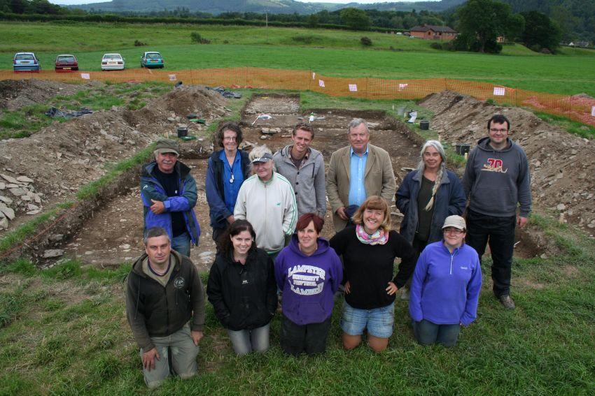 Archaeolegwyr gwirfoddol ar ddiwedd cloddiad 2011.