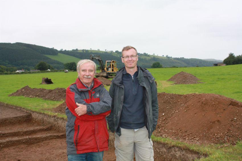 Jeffrey Davies a Toby Driver ar ddiwedd tymor cloddio 2015.