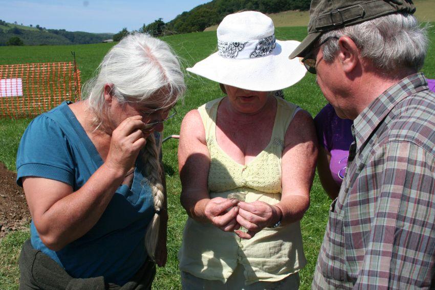 Mae Linda, Olwyn a Jeff yn pendroni dros ddarn o wydr nadd yn fuan ar ôl ei ddarganfod yn 2011.