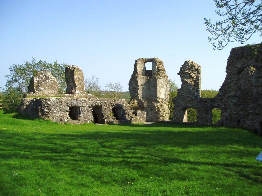 Arberth, y castell o ganol y 13eg ganrif a godwyd o bosibl ar safle maenor Gymreig