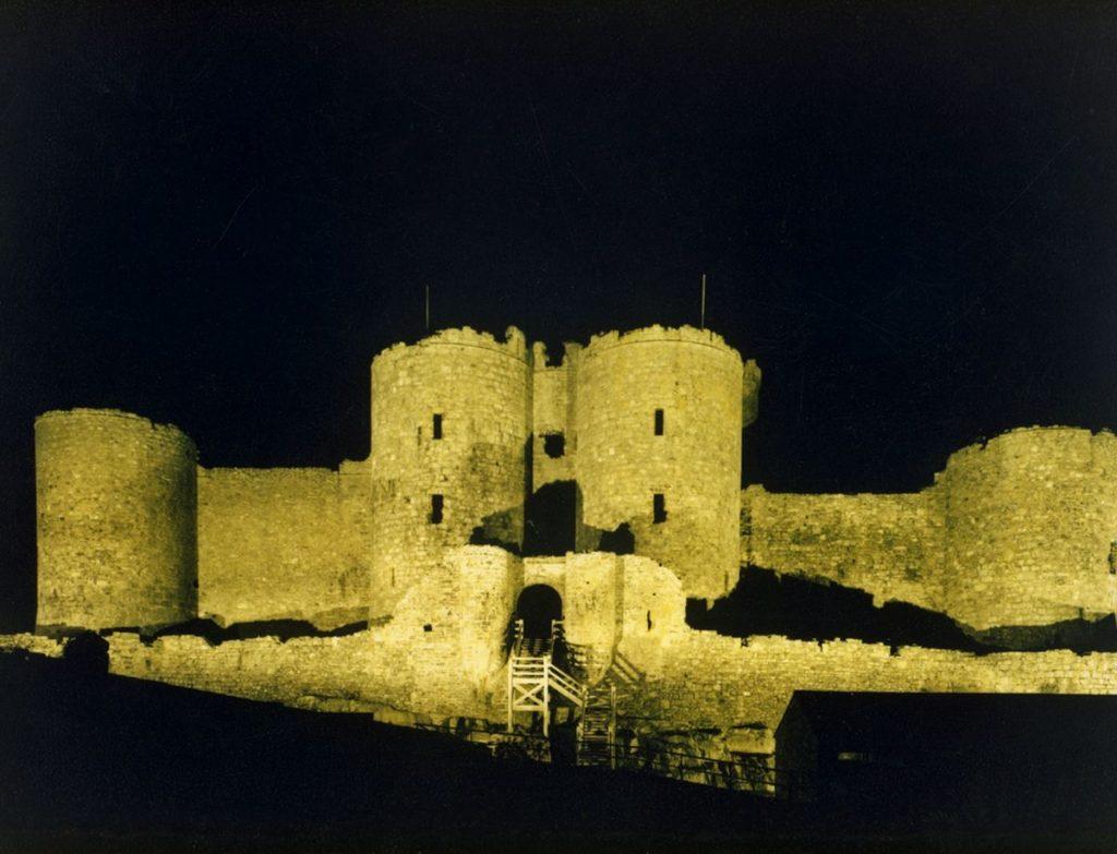Castell Harlech a adeiladwyd, yn ôl pob sôn, ar neu ger y llecyn lle daeth Pryderi â phen Bendigeidfran yn ôl o Iwerddon