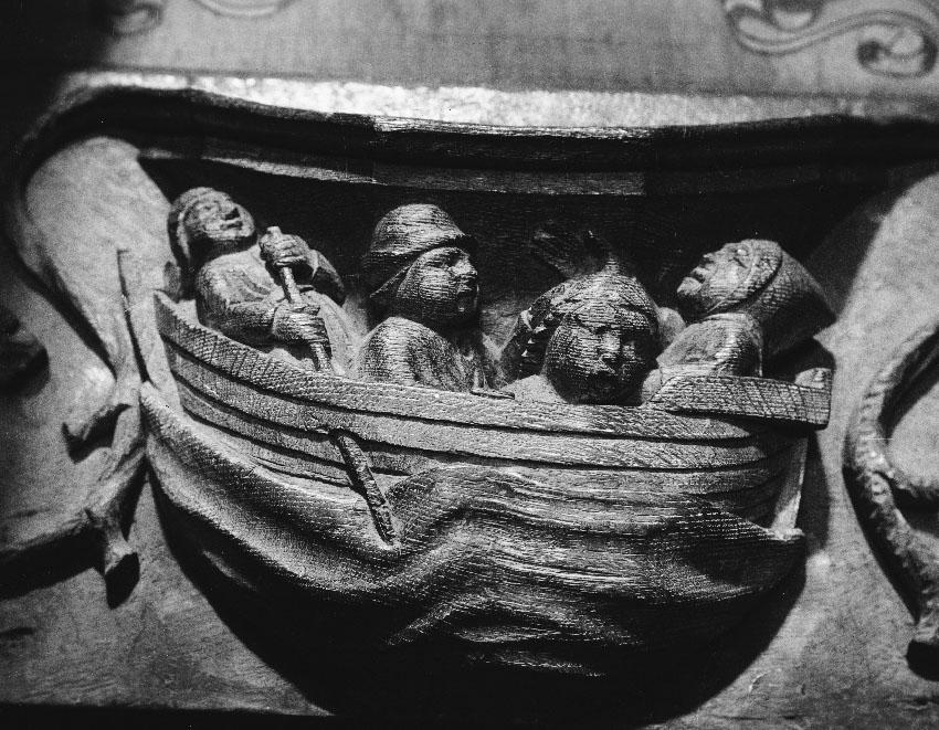 Mae'r misericord hwn o'r Canol Oesoedd diweddar, sydd yn Eglwys Gadeiriol Tyddewi, yn cyfleu'r amodau cyfyng a diflas ar fwrdd llongau'r cyfnod. © Hawlfraint y Goron: CBHC